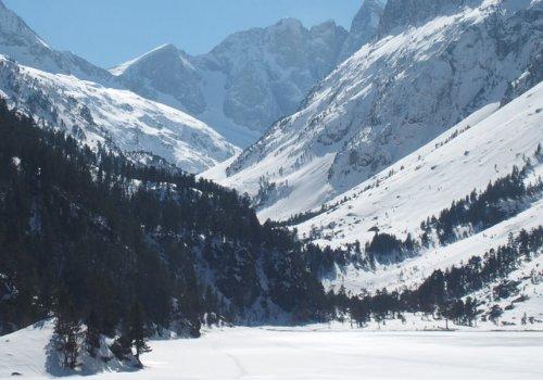 Lac de Gaube gelé et sous-bois enneigé